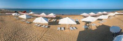 Наши зонты как белые птицы на теплом анапском пляже