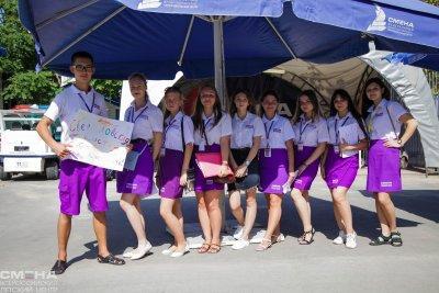 Большая кмпания под нашим уличным зонтом