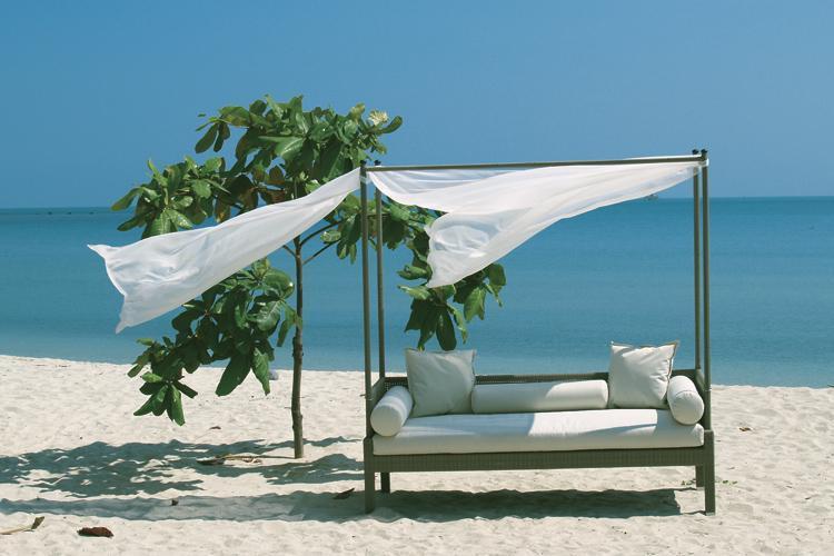 Лежак плетеный с навесом Maui